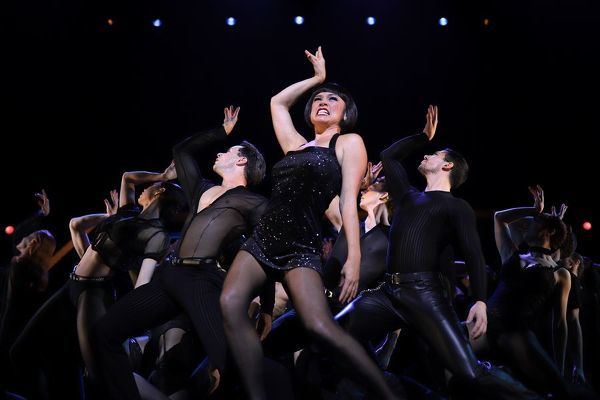 Alinta Chidzey (centre) during a media preview for the musical Chicago at the Capitol Theatre in Sydney, Thursday, August 22, 2019. (AAP Image/Steven Saphore)