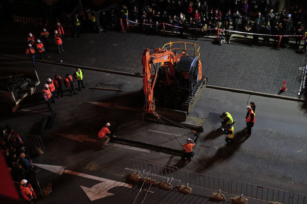 The lid is placed above artist Mike Parr as he is encased beneath Hobart's Macquarie St during Tasmania's Dark Mofo festival in Hobart, Thursday, June 14, 2018. (AAP Image/Rob Blakers), EDITORIAL USE ONLY